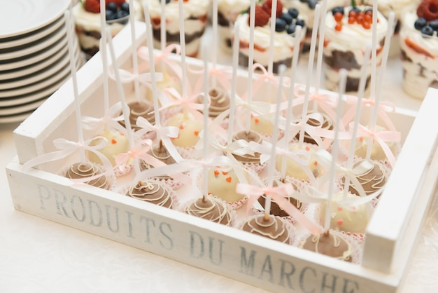 子供の誕生日パーティーのためのスティックケーキのキャンディーバー Premium写真