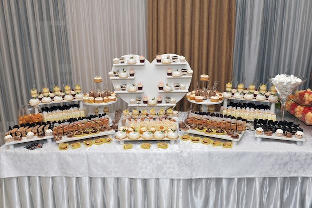 結婚式中にクッキー、カクテル、ドリンクを楽しめるキャンディーバー。 Premium写真