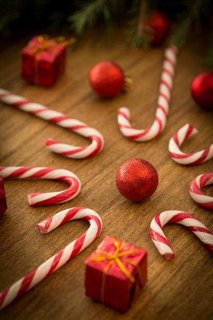 クリスマスボール付きキャンディー・キャン Premium写真