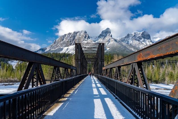 Мост двигателя canmore в начале утра солнечного дня сезона зимы. пейзаж в альберте, канада. Premium Фотографии