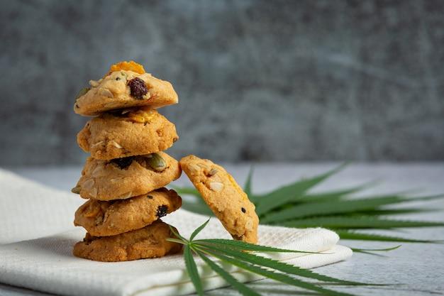 大麻クッキーと大麻の葉は白いナプキンに置かれます 無料写真
