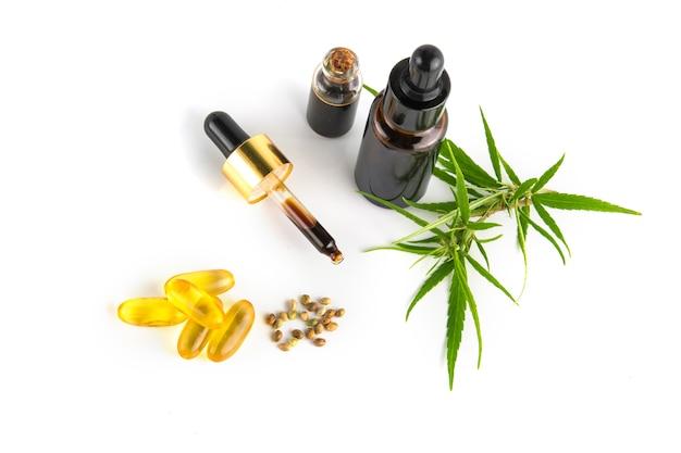 大麻葉と大麻の種子が入った大麻精油容器 Premium写真