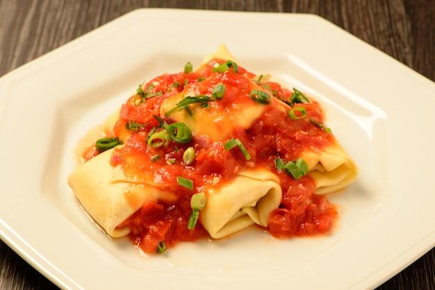 Каннеллони с томатным соусом и луком Premium Фотографии