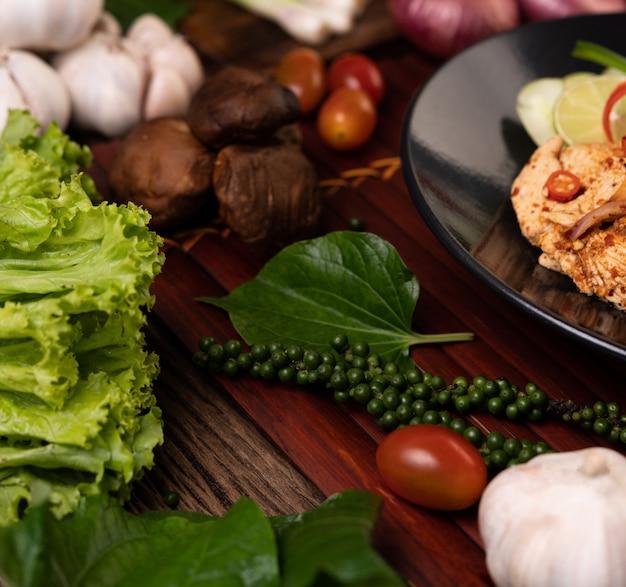 Кантонский салат, свежие семена перца, чеснок, помидоры, грибы шиитаке и красный лук на деревянных досках. Бесплатные Фотографии