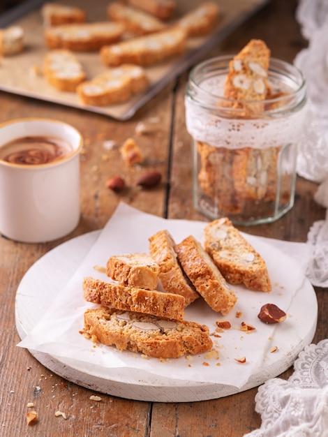 アーモンドナッツとコーヒーと伝統的なカタロニアビスコッティカルキニョリス、クッキーまたはcantuccini。 Premium写真