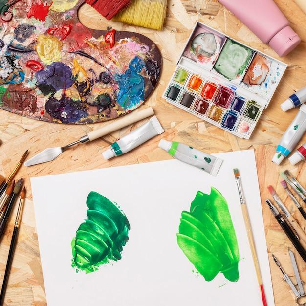 緑のペンキとカラーパレットのキャンバス 無料写真