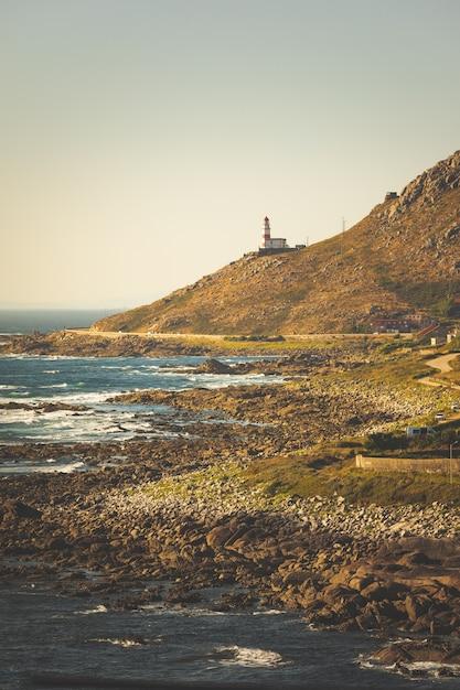 ガリシア州バイオナの大西洋の前にあるシレイロ岬灯台。 Premium写真