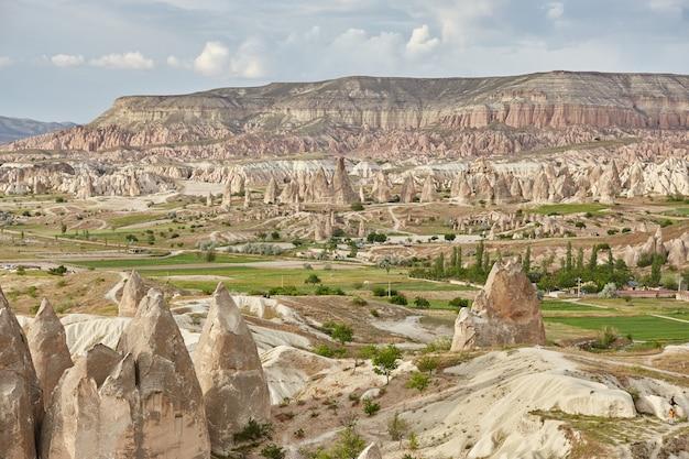 바위 안에 카파도키아 지하 도시, 돌 기둥의 오래 된 도시. 터키 카파도키아 괴레메 산맥의 멋진 풍경 프리미엄 사진