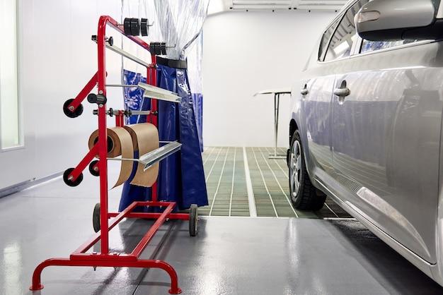 塗装オートサービスショップの塗装ブースの車 Premium写真