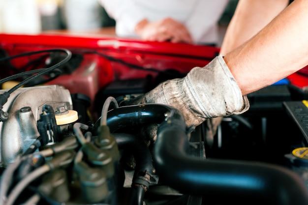 Car mechanic in repair shop Premium Photo