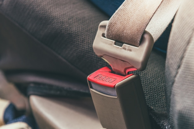 灰色のカーシートのカーシートベルト。 Premium写真