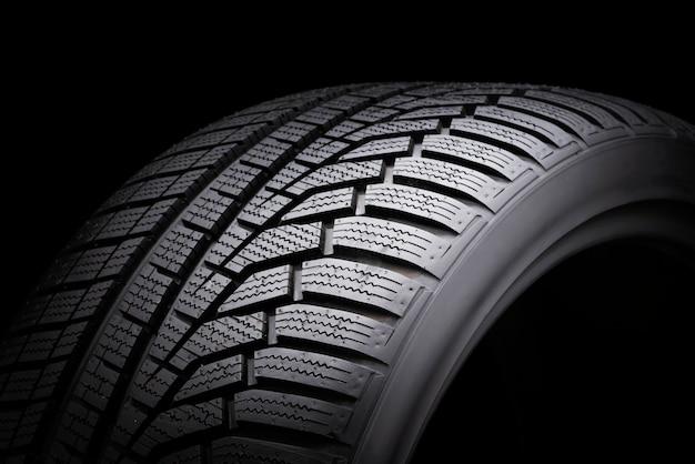Автомобильные шины на черном Premium Фотографии