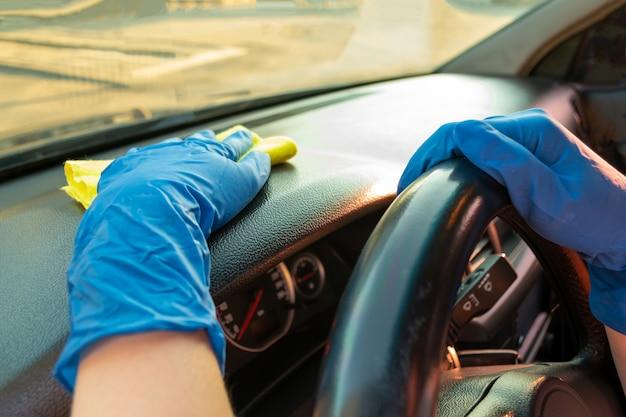 Автомойка, женщина моет и протирает машину Premium Фотографии