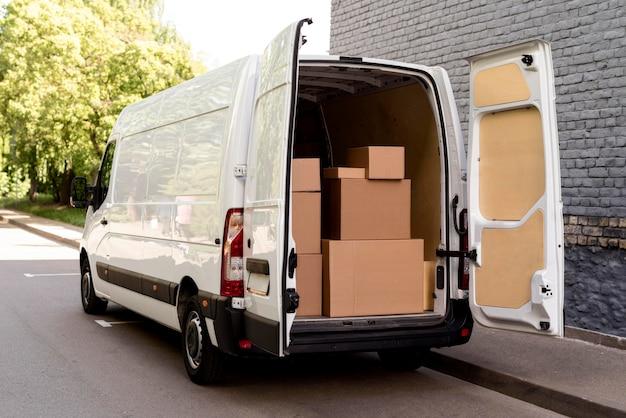 Auto con pacchi di consegna Foto Gratuite