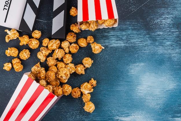 Caramel popcorn and wooden clapper Premium Photo