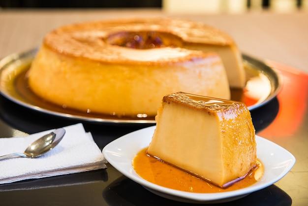Caramelized and colorful pudding dessert. Premium Photo