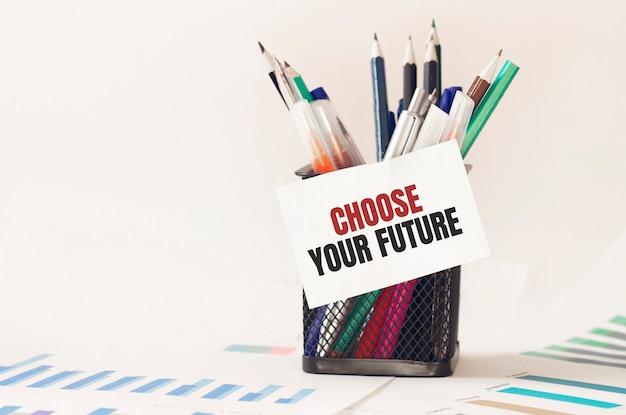 텍스트가있는 카드 사무실의 펜 상자에서 미래를 선택하십시오. 도표 프리미엄 사진