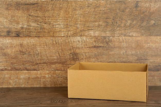 ブラウンの背景に段ボール箱。コピースペース Premium写真