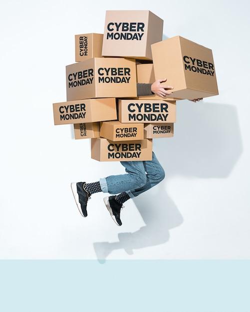 Картонные коробки с надписью cyber monday в руках молодого человека Бесплатные Фотографии
