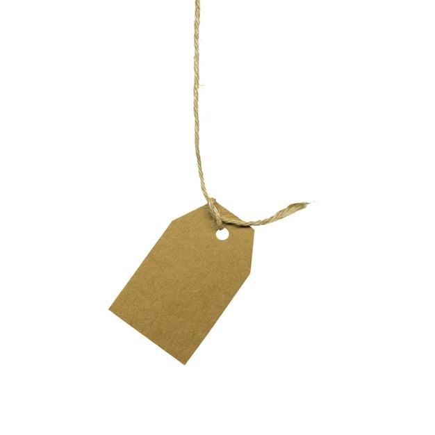 Картонный ценник, висит на веревке, изолированные на белом фоне Premium Фотографии
