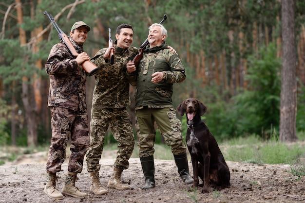Lov na slikama i videu - Page 14 Carefree-hunters-forest-weekend-together_99043-5348