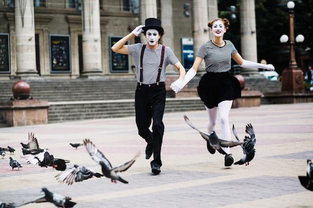 Беззаботная пара мим работает на городской улице Бесплатные Фотографии