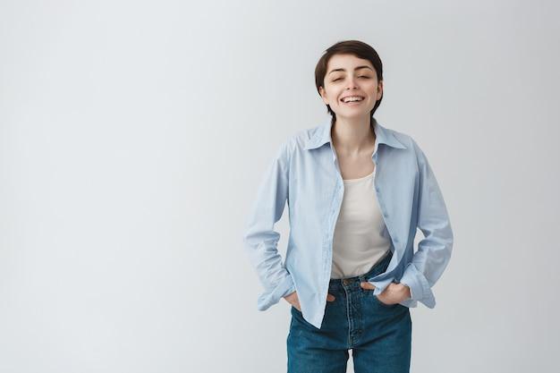 Беззаботная странная девушка смеется и выглядит радостно Бесплатные Фотографии