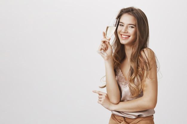シャンパンを飲んで、パーティーで笑って屈託のない女性 無料写真