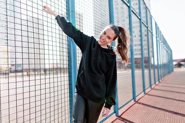 Беззаботная женщина развлекается на детской площадке в теплый ветреный день Бесплатные Фотографии