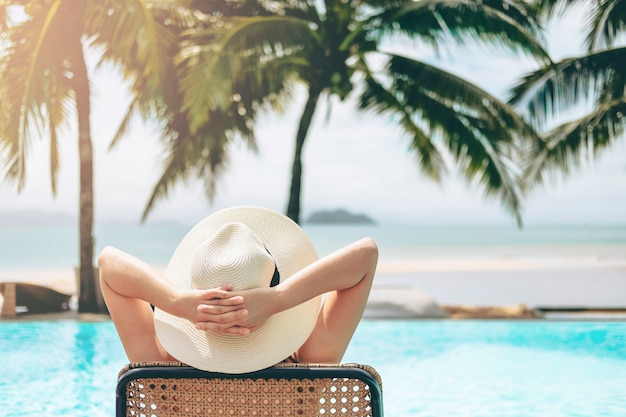 Беззаботная женщина отдых в бассейне концепция летнего отдыха Premium Фотографии