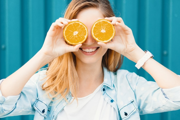 carefree-young-beautiful-girl-using-two-halfs-oranges-instead-glasses-her-eyes_158595-1358.jpg (626×417)