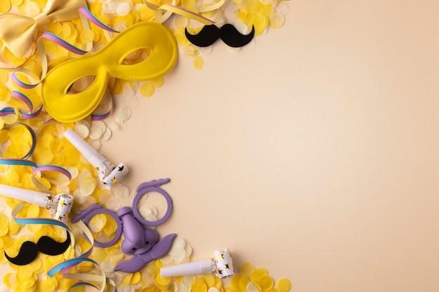 카니발 귀여운 마스크 복사 공간 황금 색종이 무료 사진