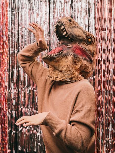 Festa di carnevale con giocoso costume di dinosauro Foto Gratuite