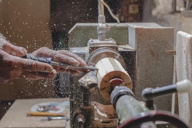 Falegname sbucciare pezzi di legno per fare figure Foto Gratuite