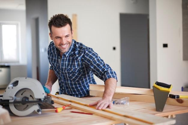 Carpentiere che lavora in una casa Foto Gratuite