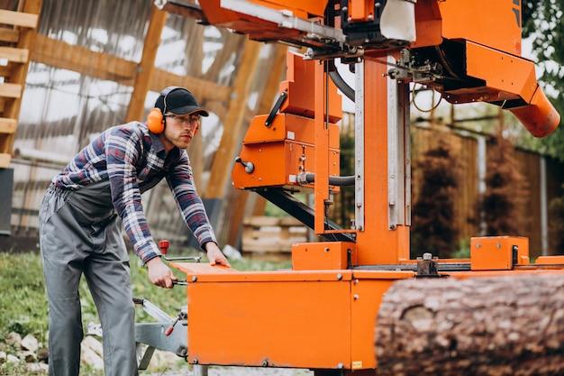 木材製造の製材所で働く大工 無料写真