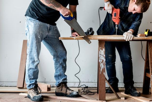 Плотник работает на дереве Premium Фотографии