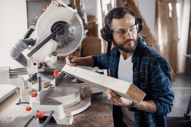 Плотник работает с циркулярной пилой Бесплатные Фотографии