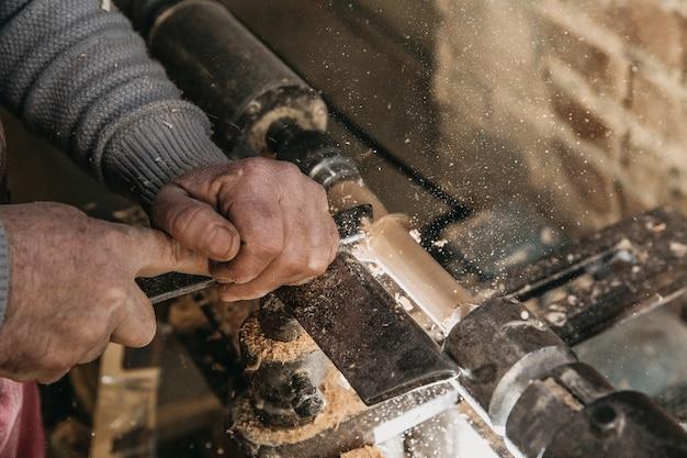 Carpentiere che lavora con gli strumenti presso l'atelier. foto di alta qualità Foto Gratuite