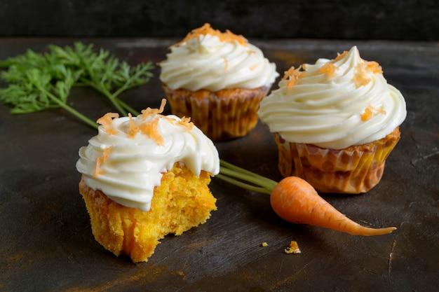 Carrot cupcakes with cream. Premium Photo