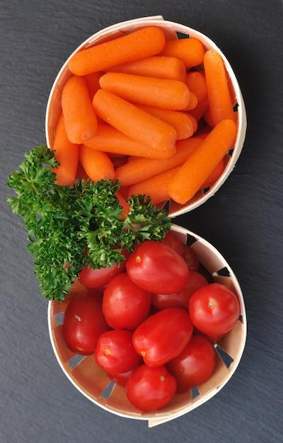 Carrots ant cherry tomatoes Premium Photo