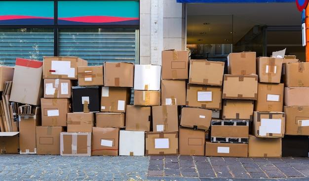 カートンのゴミ箱のクローズアップ、ヨーロッパの都市 Premium写真