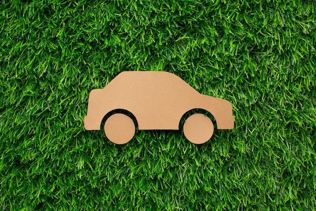 Мультяшный автомобиль в траве Premium Фотографии