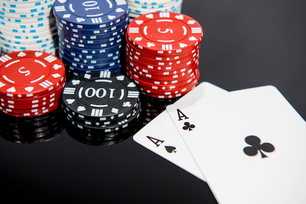 Казино абстрактное фото. игра в покер на красном фоне. тема азартных игр. Premium Фотографии