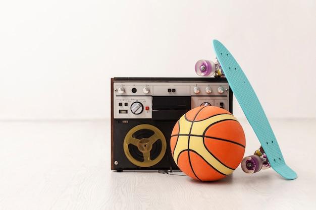 Кассета с баскетбольным мячом и скейтбордом Бесплатные Фотографии
