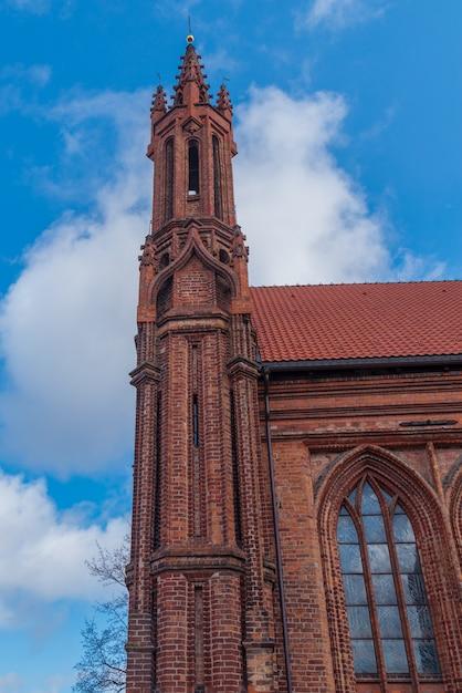 リトアニア、ヴィリニュスの聖アンナ城とアッシジのフランシスコ教会 Premium写真