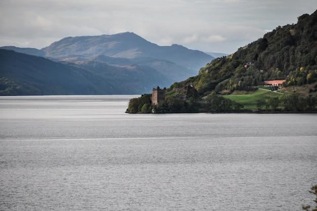 Озеро замка шотландия Premium Фотографии