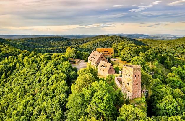Замок hunebourg в горах вогезы - нижний рейн, эльзас, франция Premium Фотографии