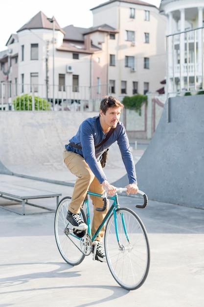 Случайный мужчина на велосипеде на открытом воздухе Бесплатные Фотографии