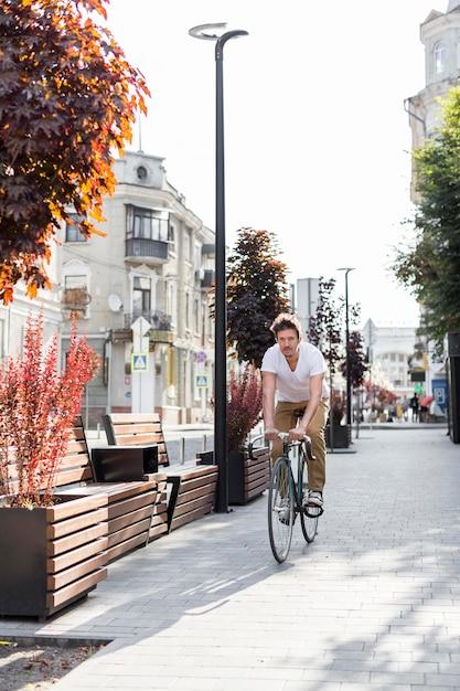 Случайный мужчина на велосипеде на работу Premium Фотографии